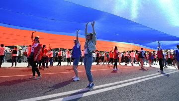 Флешмоб в честь Дня государственного флага России