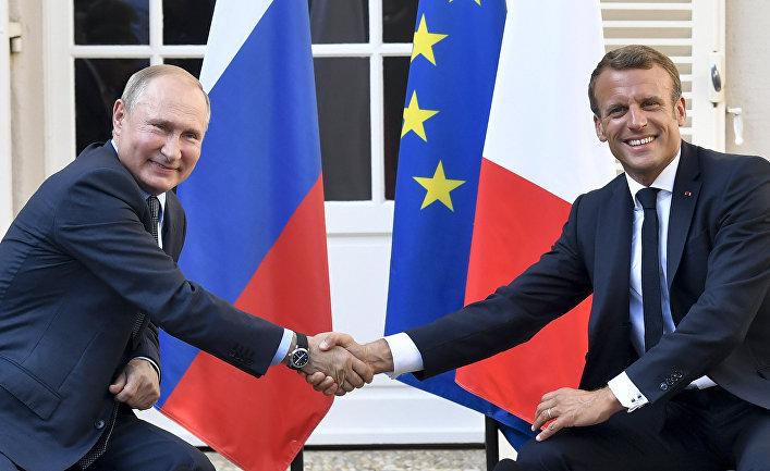 Президент Франции Эммануэль Макрон и президент России Владимир Путин во время встречи