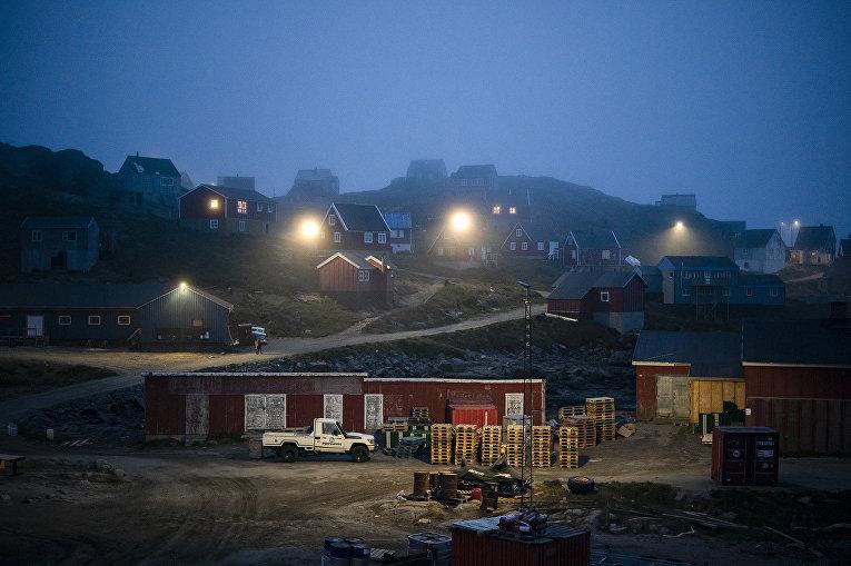 Утренний туман накрывает дома в Кулусуке, Гренландия