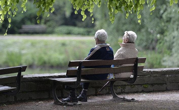 Пожилая пара в парке в Гельзенкирхене, Германия