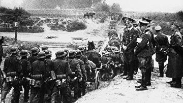Канцлер Германии Адольф Гитлер осматривает свои войска восточном фронте в Польше