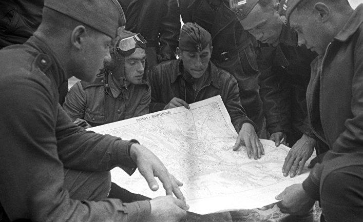 Польские военные летчики изучают новое боевое задание