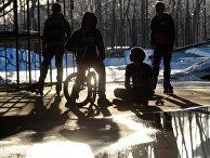"""Подростки на площадке для катания в парке """"Сокольники"""" в Москве"""