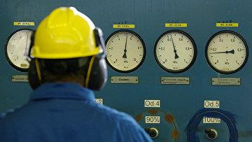 Рабочий в распределительном пункте газовой компании PGNiG в Рембельщизне, Польша