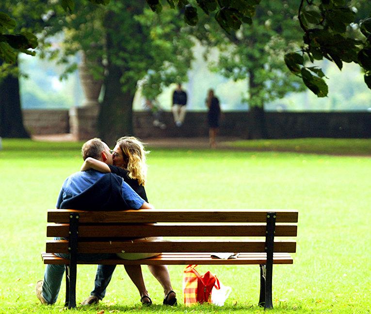 Пара в парке в Дюссельдорфе