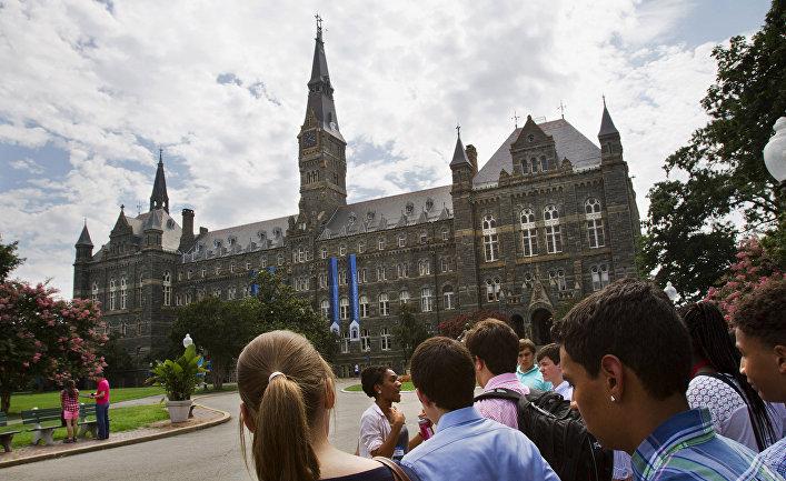 Студенту на территории Джорджтаунского университета в Вашингтоне