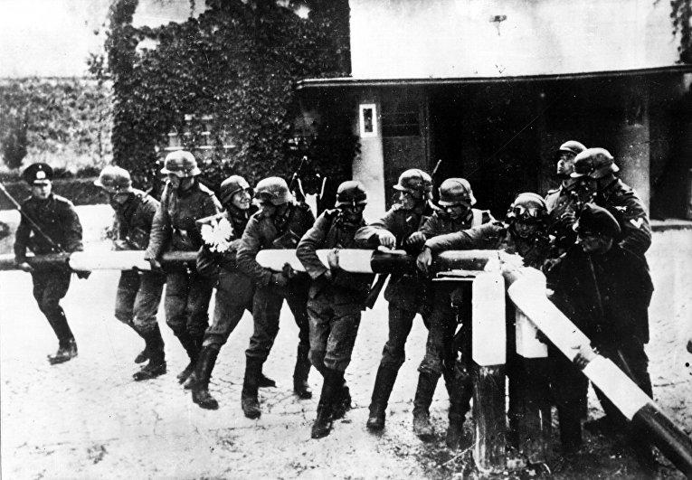 Немецкие солдаты ломают шлагбаум на немецко-польской границе