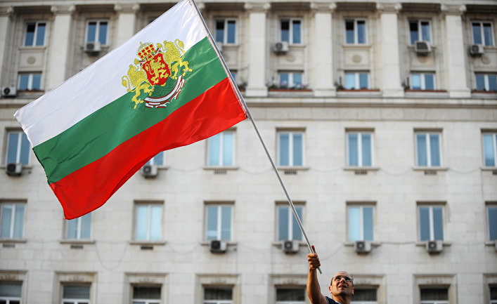 Флаг в руках у участника акции протеста в Софии, Болгария