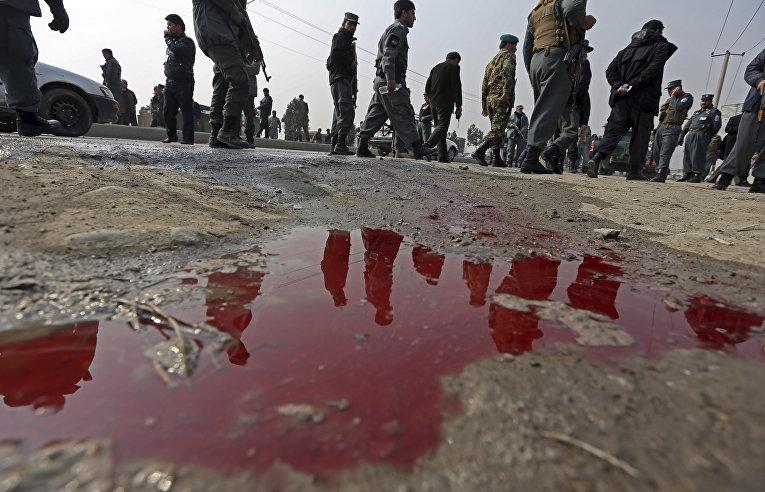 Люди отражаются в луже крови, Кабул, Афганистан