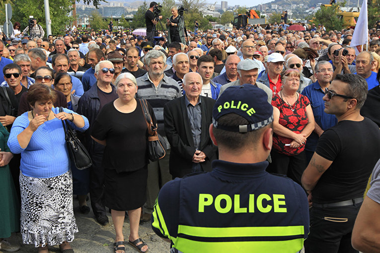 Участники антиамериканской акции протества в Тбилиси