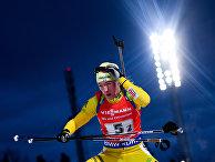 Себастиан Самуэльссон (Швеция) на дистанции одиночной смешанной эстафеты на первом этапе Кубка мира по биатлону сезона 2017/18
