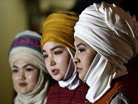 Модели в традиционных кыргызских головных уборах на фестивале в Бишкеке