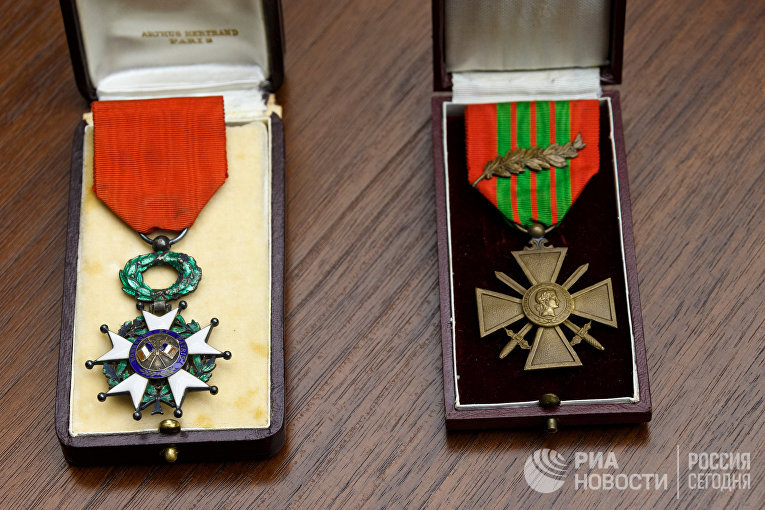 Жан-Клод и Мишлин Магэ подарили родителям Героя России Александра Прохоренко свои семейные реликвии