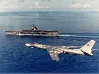 Ракетоносец Ту–16 облетает авианосец USS Ranger CV 61 в 1989 году