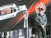 Сотрудник полиции на фоне рекламного щита с алкогольной продукцией
