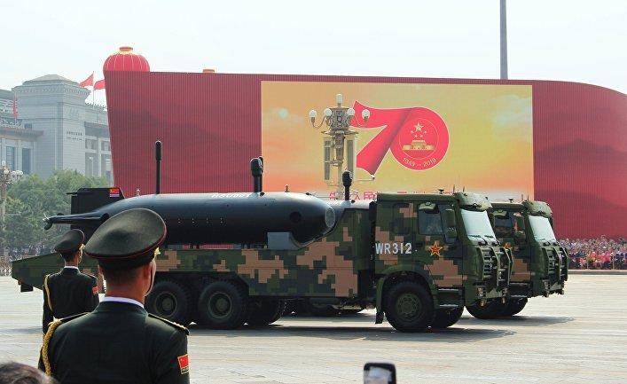 """Беспилотный подводный аппарат """"Эйч-эсэ-ю-001"""" на военном параде"""