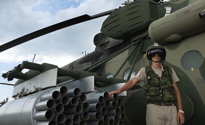 "Летчик у российского транспортно-штурмового вертолета МИ-8АМШТ на аэродроме ""Хмеймим"" в Сирии"