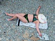 Женщина на пляже в Ялте
