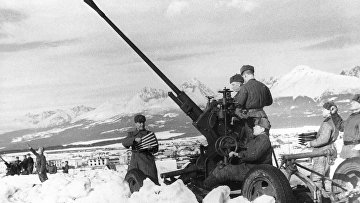 Советский зенитный расчет в Карпатах. 4-й Украинский фронт.