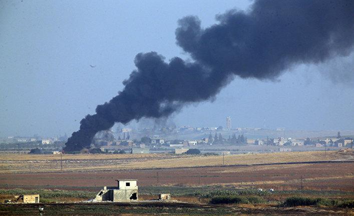 Дым от бомбардировок территории Сирии турецкими войсками 9 октября 2019 года