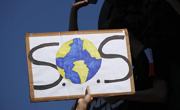 Плакат во время акции протеста против изменения климата в Париже, Франция