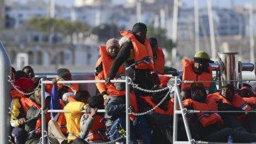 Мигранты в гавани Валлетты, Мальта
