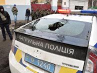 Автомобиль полиции Украины с разбитым задним стеклом в центре Киева