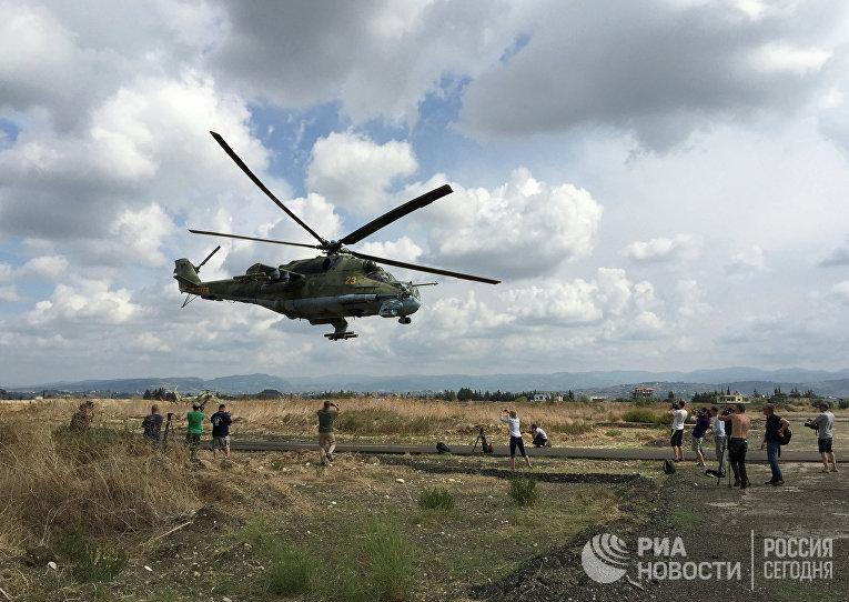 """Российский ударный вертолет МИ-24 вылетает на боевое задание с аэродрома """"Хмеймим"""", Сирия"""