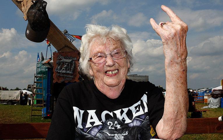 Пожилая женщина на рок-фестивале в Вакене, Германия
