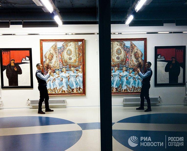 """Посетитель делает фото в музее современного искусства """"Эрарта"""" в Санкт-Петербурге"""