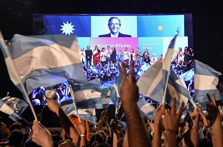 Сторонники Альберто Фернандеса празднуют его победу на выборах президента, Аргентина