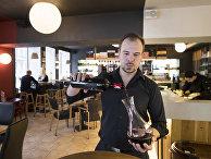 Бармен в ресторане в Вильнюсе