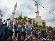 Жители города Абу-Гош машут Чеченскими флагами во время церемонии открытия новой мечети
