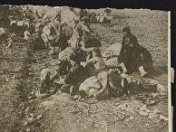 Ассирийские беженцы, изгнанные из своих домов Северной Персии, несчастные ожидающие поезда около железной дороги в пустыне Месопотамии