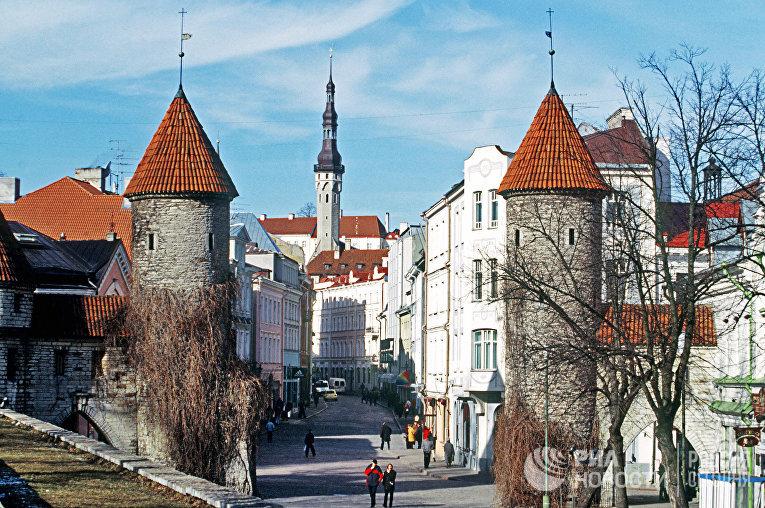 """Старая часть города Таллина. Городские ворота """"Вирувярав"""", охранявшие в старину дорогу в Северную Эстонию."""