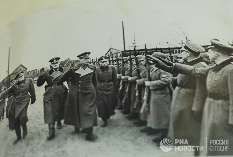 Генерал Андрей Власов вместе с немецкими офицерами принимает парад частей РОА