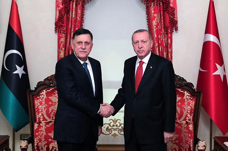 Президент Турции Реджеп Тайип Эрдоган и премьер-министр Правительства национального согласия Ливии Фаиз Сарадж во время встречи в Стамбуле