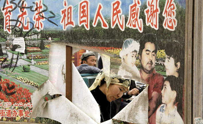 Пропагандистский плакат на улице в Хотане, Синьцзян-Уйгурский автономный район