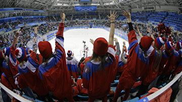 Болельщики в одежде с российской символикой на хоккейном турнире Олимпийских игр в Пхёнчхане