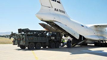 Российский транспортный самолет, перевозящий системы ПВО С-400 в военном аэропорту Муртед под Анкарой, Турция