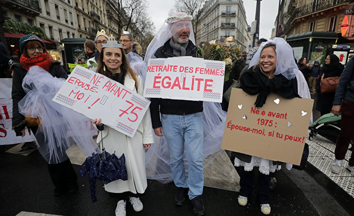 Участники акции протеста против пенсеонной реформы в Париже, Франция