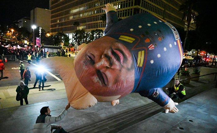 Протестующие требуют импичмента президента Дональда Трампа, Лос-Анжелес, США