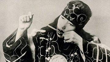 Женщина играет на муккури