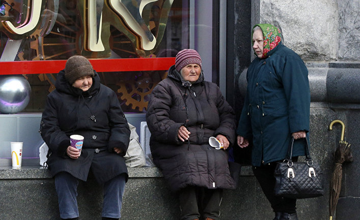 Пожилые женщины попрошайничают в центре Киева