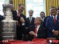 Президент Дональд Трамп пожимает руку Александру Овечкину