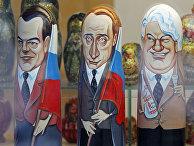 Деревянные матрешки изображающие Дмитрия Медведева, Владимира Путина и Бориса Ельцина