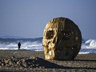 Арт-объект в виде человеческого черепа на пляже Кёнпо рядом с Олимпийской деревней в Канныне, Южная Корея