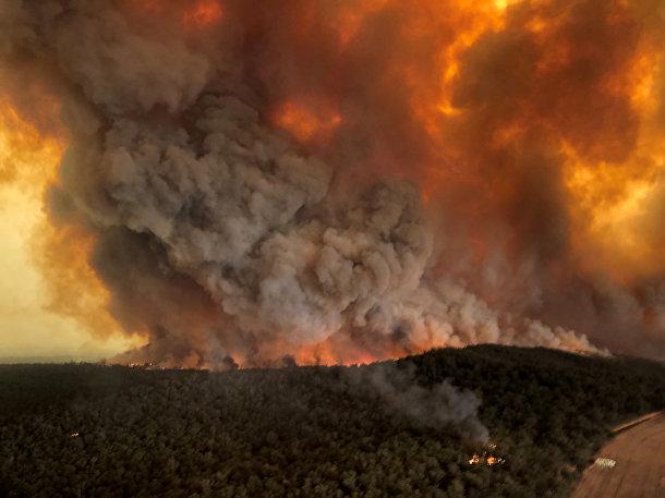 Дым во время лесных пожаров в Бэрнсдейле, Австралия