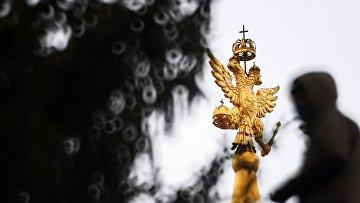 Двуглавый орел на башне Исторического музея в Москве