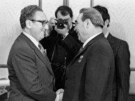 Генеральный секретарь ЦК КПСС Леонид Брежнев (справа) и госсекретарь США Генри Киссинджер (слева)